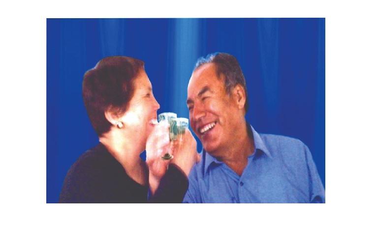 La imagen puede contener: 2 personas, bebida e interior